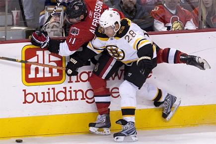 Daniel Alfredsson avait le bras en écharpe après... (Photo: CP)