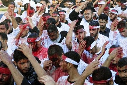 Un cri guttural s'élève quand le pénitent chiite afghan... (Photo: Reuters)