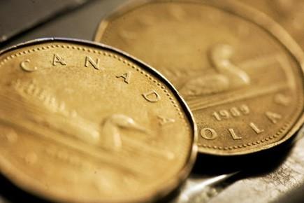 Le dollar canadien s'échangeait à 96,35 cents US lundi matin,... (Photo: Reuters)