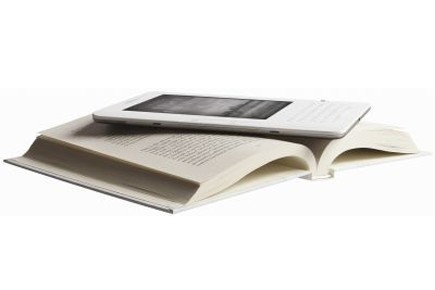 Le Kindle sur un livre... (Photo: Amazon.com, Inc.)
