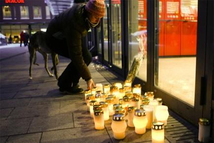 Des personnes touchées par le drame ont allumé... (Photo: AP)