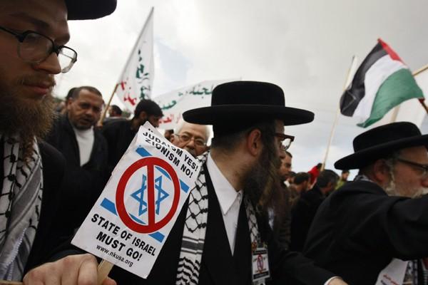 Des membres de Neturei Karta, minuscule mouvement juif... (Photo AP)