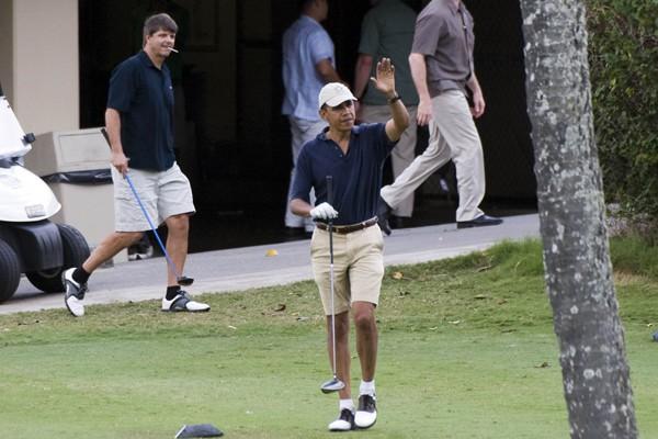 Le président Obama salue la foule lors de... (Photo AFP)