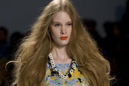 Cheveux tout en volume et lèvres orange chez... (Photo: AFP)