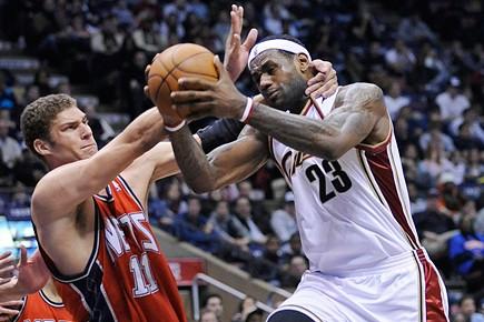 Cleveland et LeBron James ont enregistré samedi leur 27e victoire... (Photo: AP)
