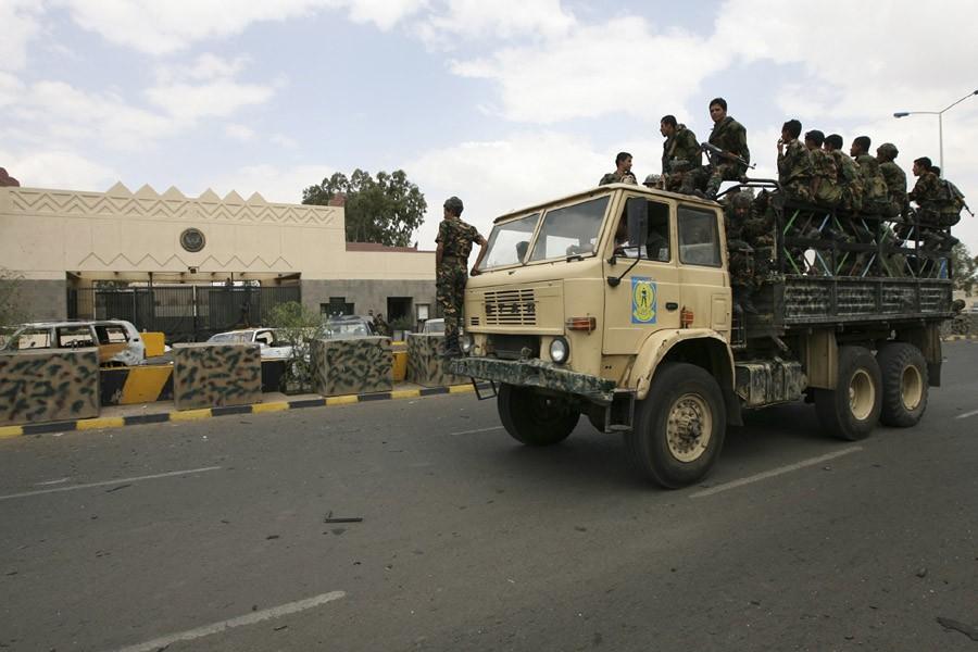 Des soldats yéménites patrouillent en face de l'ambassade... (Photo: Archives AP)