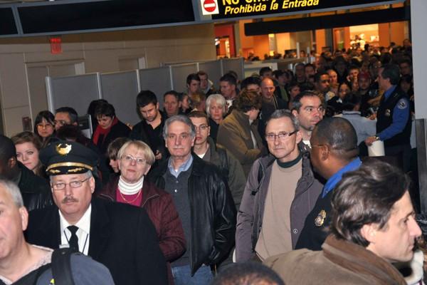 Les passagers et des membres d'équipage attendent d'être... (Photo Reuters)