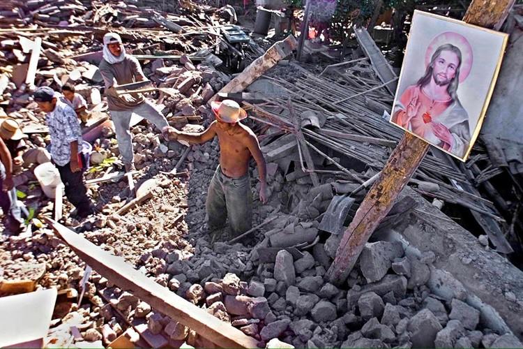Ca s'est passé un.....13 février ! By uneautreannee.com   138081-2001-deux-seismes-espace-mois
