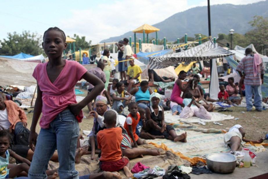 Les rescapés s'entassent dans ce camp de fortune... (Photo: AFP)