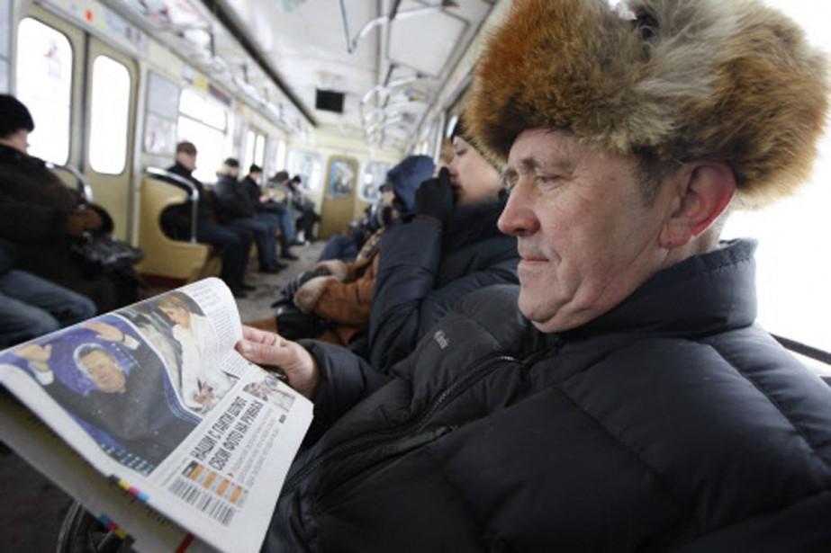 À Kiev, un homme lit à la Une... (Photo: Reuters)