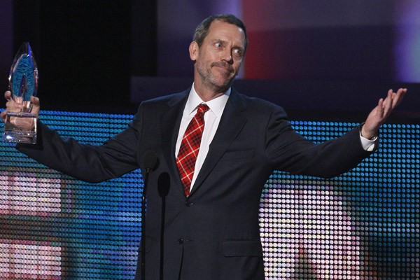 L'acteur Hugh Laurie, alias Dr House, recevant un... (Photo Reuters)