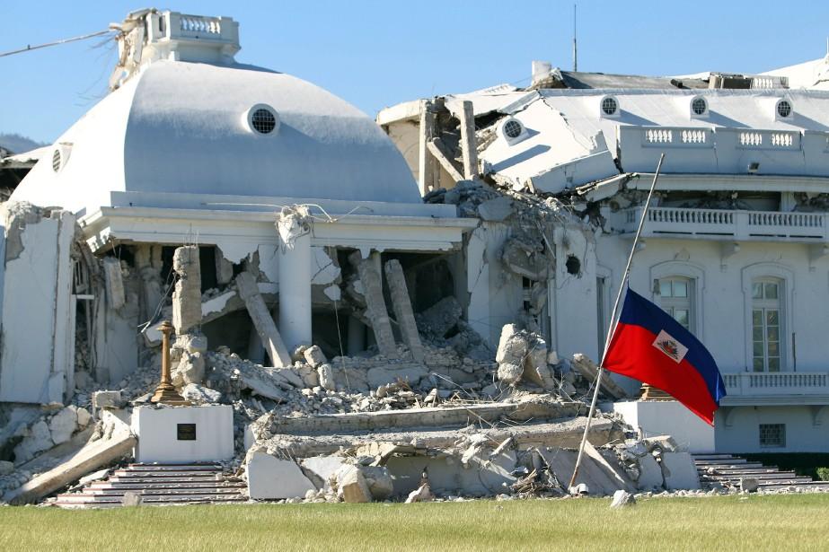 Le palais national effondré, une administration publique à terre,... (Photo: AFP)