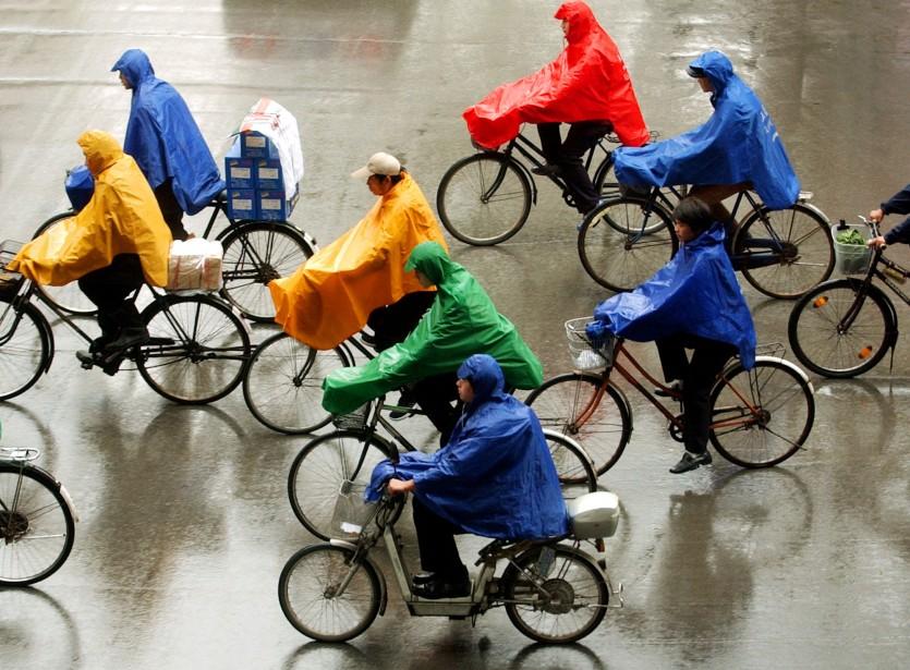 Des vélos sous la pluie à Pékin.... (Photo: Archives AP)