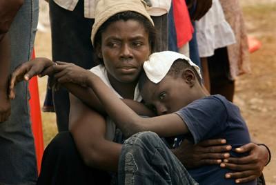 Une femme attend avec son fils pour qu'il... (Photo PC)