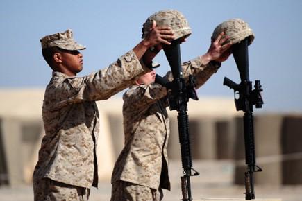 Des soldats américains rendent hommage à deux des... (Photo: Christophe Simon, AFP)
