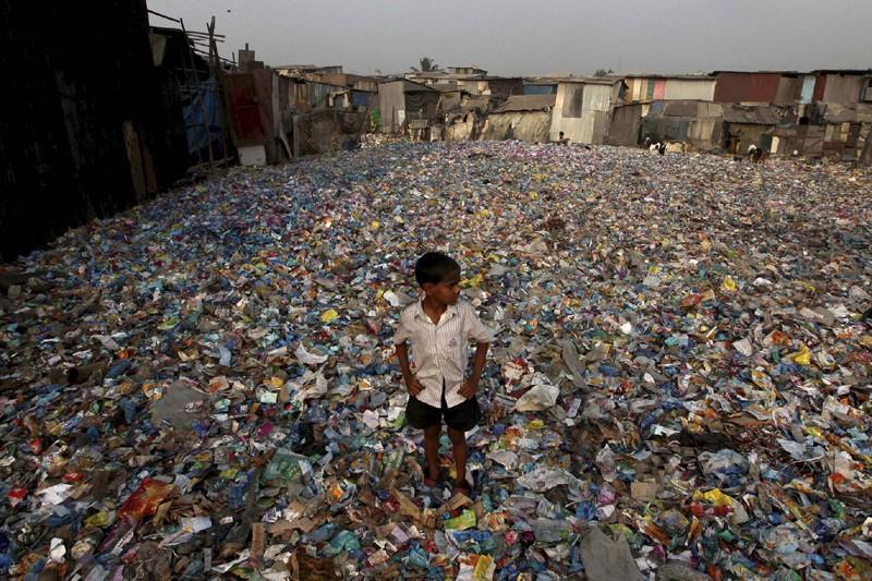 Un jeune garçon marche dans les détritus de... (Photo Rajanish Kakade, Archives Associated Press)