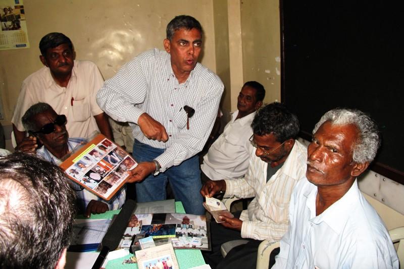 Le syndicaliste Sanjay Singhvi qui montre les ...
