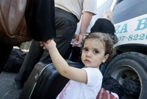 Une fillette attend avec sa mère l'autobus qui... (Photo: AFP)