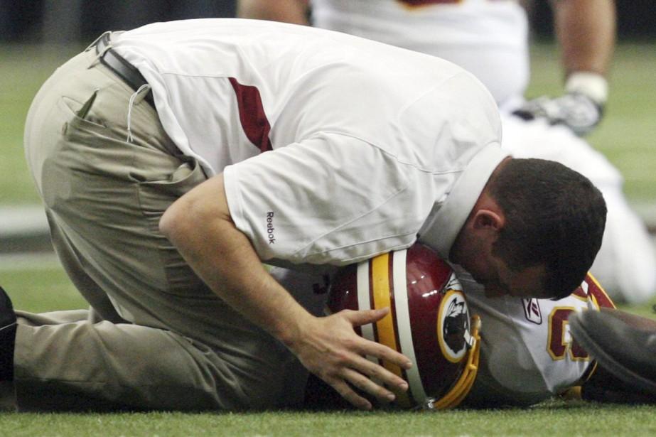 Le membre du Panthéon du football Mike Haynes et le secondeur... (Photo: AP)