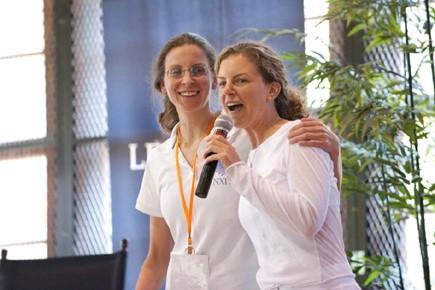 Clare et Sara Bronfman, que l'on voit ici... (Photo tirée de Clarebronfman.com)