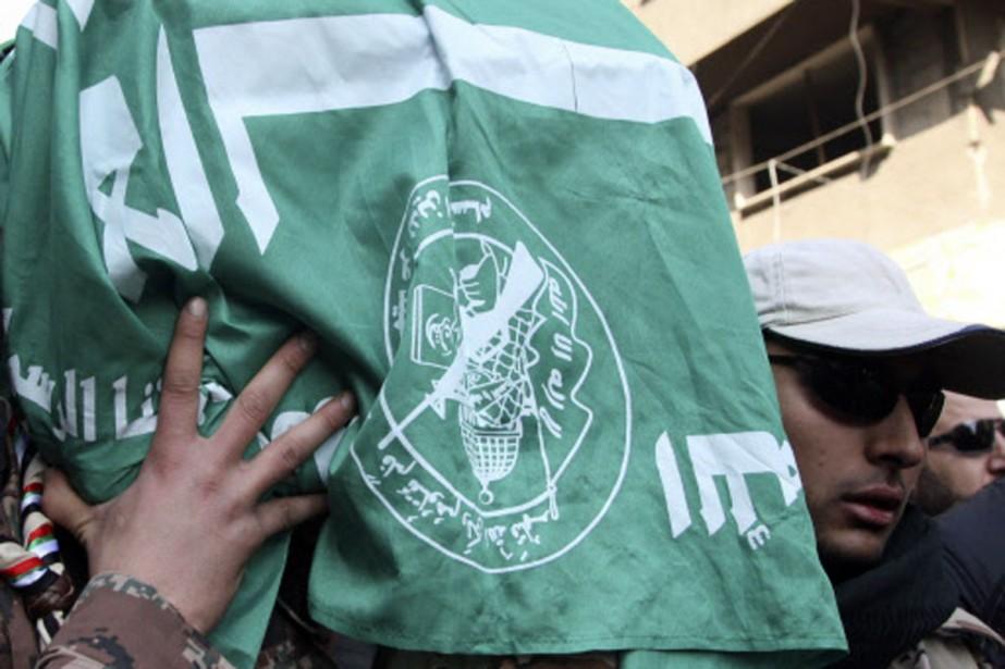Le fils de Mahmoud al-Mabhouh transporte le cerceuil... (Photo: Reuters)
