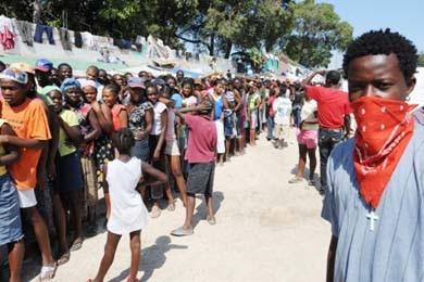 Une longue file de personnes attendent leur maigre... (Photo: AFP)