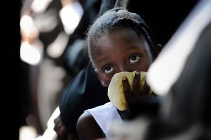 Une jeune Haïtienne prend part à une messe... (Photo: AFP)