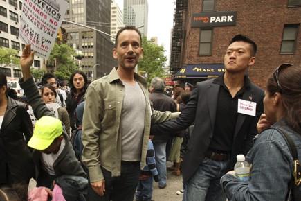 Le lieutenant Dan Choi, à droite aux côtés... (Photo: The New York Times)