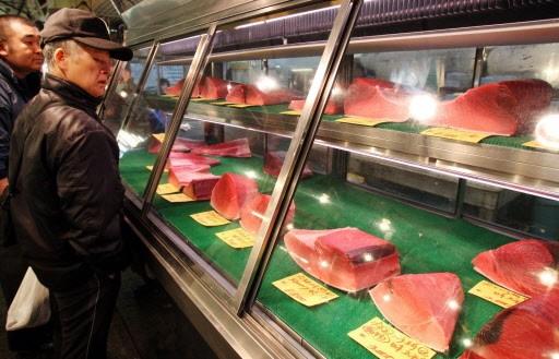 Des morceaux de thon rouge vendus au marché... (Photo: AP)