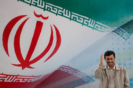 Le président iranien Mahmoud Ahmadinejad pose devant le... (Photo: AFP)