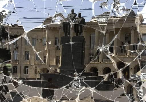 La statue de Staline semble se dédoubler à... (Photo: archives AP)