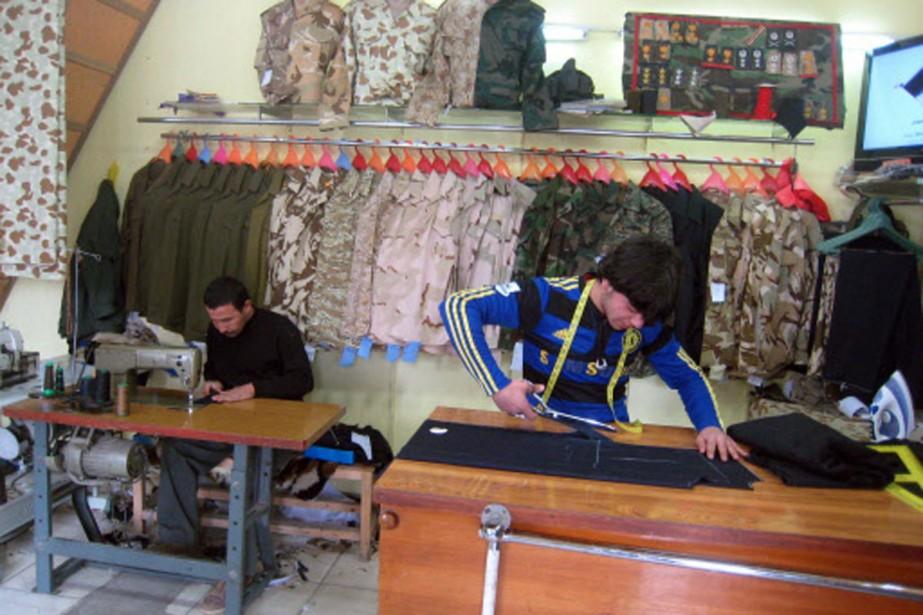 Des tailleurs au travail dans un atelier de... (Photo: AFP)