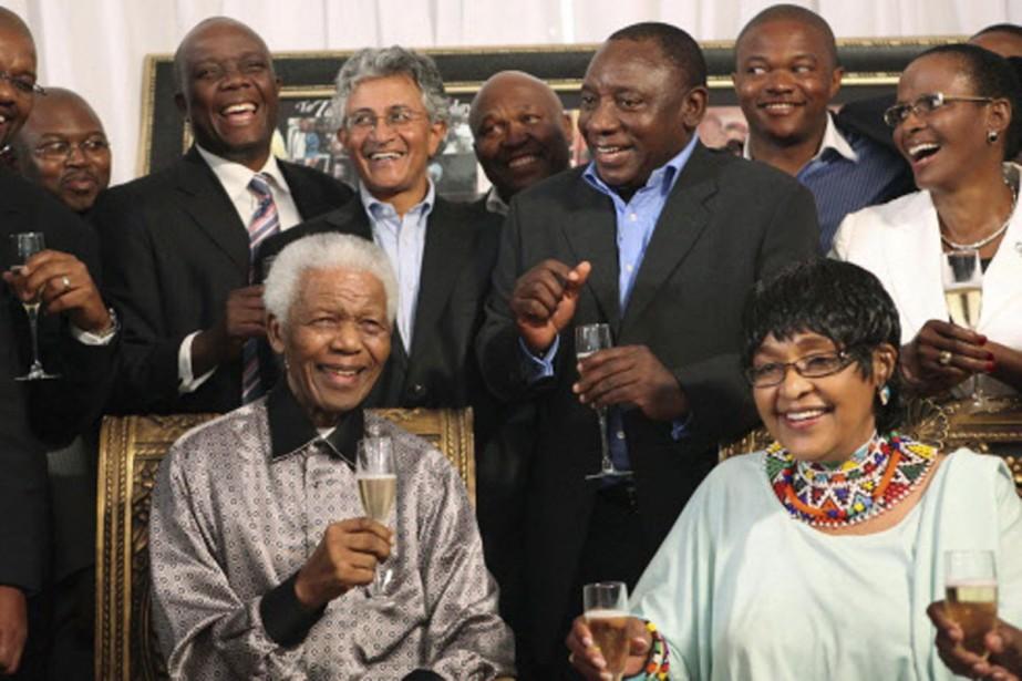 Un verre de champagne à la main, accompagné... (Photo: Reuters)