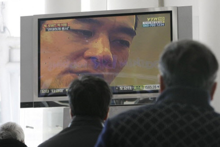 Des sud-coréens apprennent  à la télévision l'annonce... (Photo: AP)