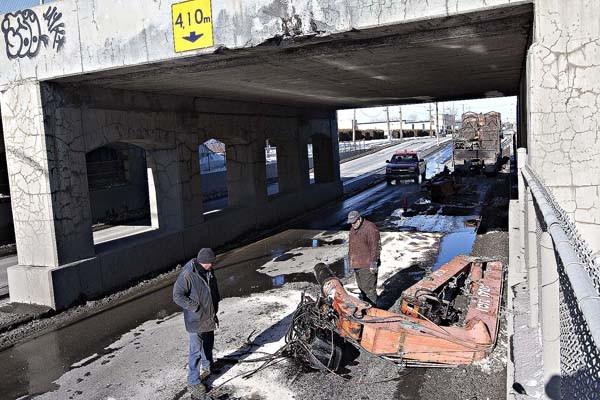 Un camion a percuté violemment un viaduc... (Photo Patrick Sanfaçon, La Presse)