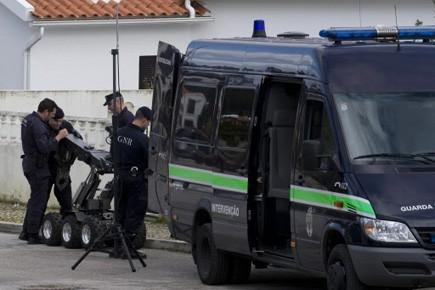 Une équipe de déminage de la police portugaise.... (Photo: Carlos, Barrosso, AFP)