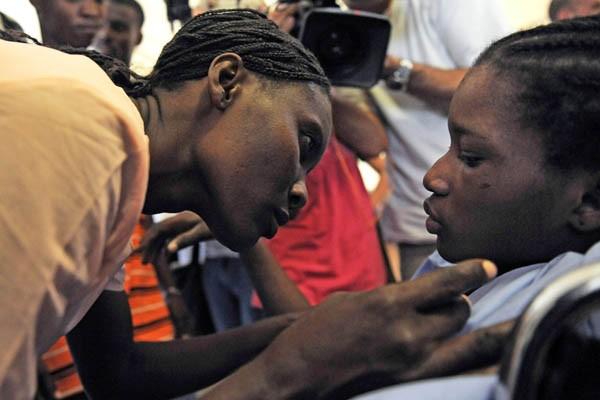 Darlène Etienne avec sa tante.... (Photo AFP)