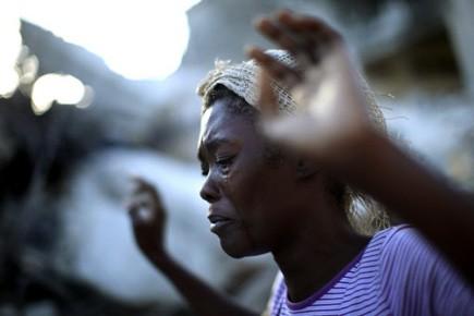 Profondément traumatisés, des Haïtiens pleurent sans pouvoir s'arrêter... (Photo: Carlos Barria, Reuters)