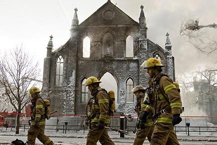 Un violent incendie a ravagé une église... (Photo: David Boily, La Presse)