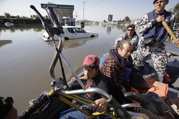 Une rue inondée à Mexico.... (Photo Reuters)