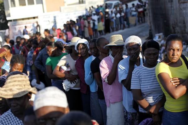 Des Haïtiens attendent en file la distribution de... (Photo Reuters)