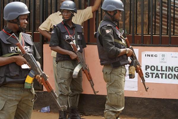 Des policiers surveillent les bureaux de vote.... (Photo Reuters)