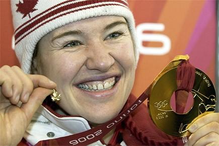 Clara Hughes, médaillée d'or en patinage de vitesse... (Photo: Paul Chiasson, archives PC)