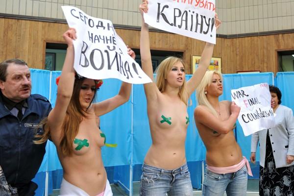 Quatre jeunes filles à demi dénudées ont fait irruption dimanche à... (Photo AFP)