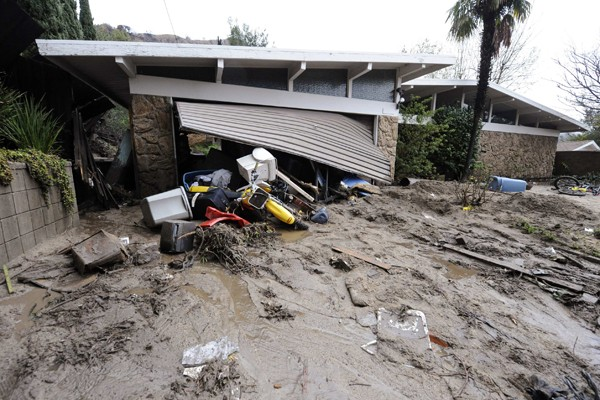 D'énormes coulées de boue ont endommagé samedi des dizaines de... (Photo Reuters)