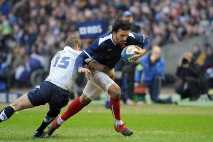 L'arrière français Clément Poitrenaud perse le défenseur écossais... (Photo: Lionel Bonaventure, AFP)