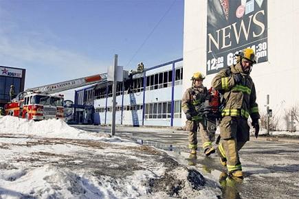 Quelque 70 pompiers ont mis plus de deux... (Photo: Martin Roy, Le Droit)