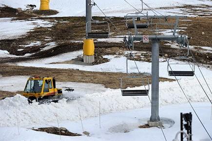 La neige arrive sur Cypress Mountain par camions... (Photo: AFP)