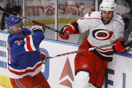 Le défenseur Niicals Wallin (droite) est frappé par... (Photo: Julie Jacobson, AP)