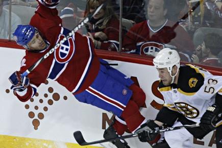 Tomas Plekanec fait une chute, alors que Derek... (Photo: François Roy, La Presse)